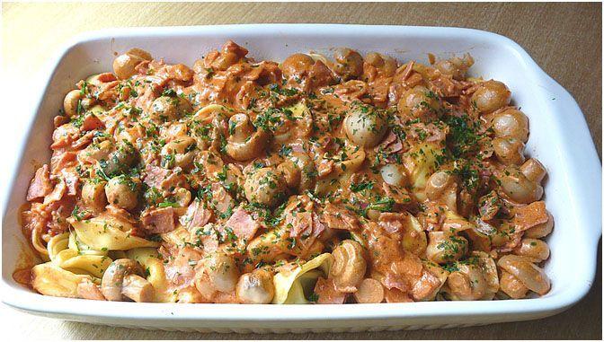 Zutaten   1000 g Tortellini, frische 3 Zwiebel(n) 1 Becher süße Sahne 1 Be... Zutaten   1000 g Tortellini, frische 3 Zwiebel(n) 1 Becher süße Sahne 1 Becher saure Sahne 80 g Tomatenmark 1 Dose Pilze, abgetropft 250 g Schinken, gekochter 250 g Käse, geriebener 1 EL, gestr. Salz 1 EL Pfeffer  Zubereitung  Tortellini in eine Auflaufform geben. Für die Soße Zwiebeln und gekochten Schinken klein… Informationen zu Z #Becher #frische #Sahne #süße #Tortellini #Zutaten #Zwiebeln