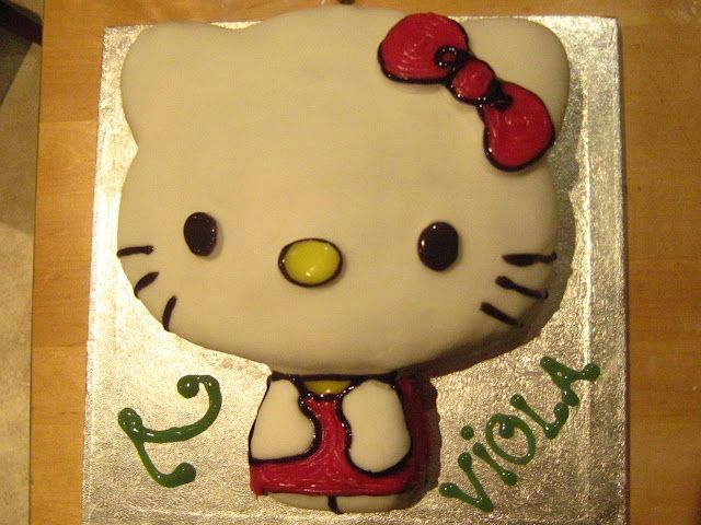Easy Hello Kitty decorated cake from an ordinary round cake