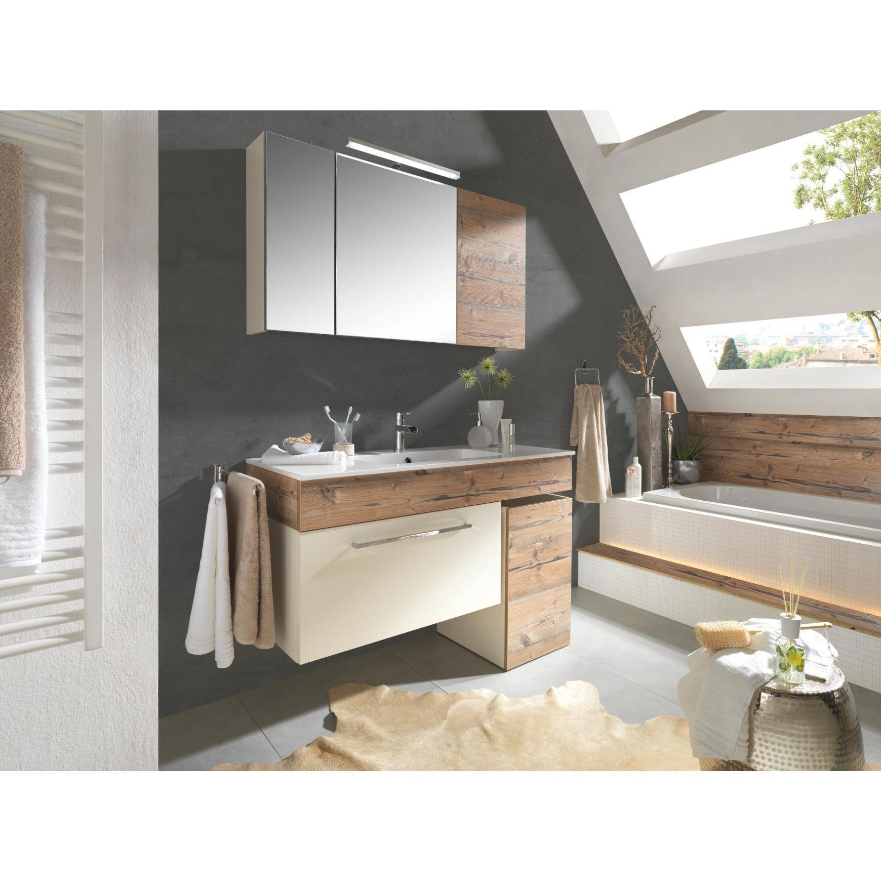 Naturgetreues badezimmer mit spiegelschrank und for Badezimmer celina