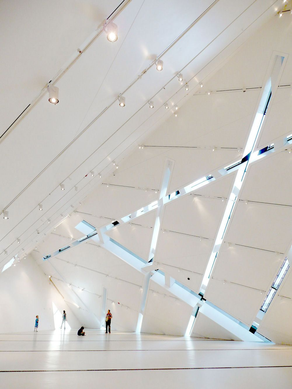 architecture design the royal ontario museum In 2002, the architect daniel libeskind and his studio won the competition to  design the extension to the royal ontario museum in toronto the building is.