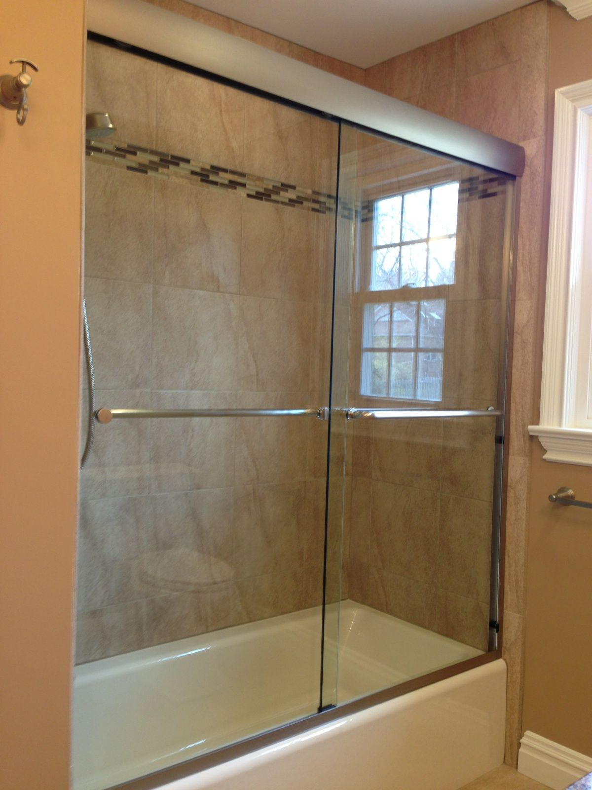 Frameless Shower Door With Head Rail Banos