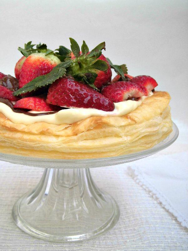 Torta con pasta sfoglia nutella e fragole