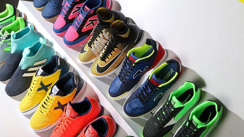 Zapatillas de fútbol sala para la temporada 2017-2018. Encuéntralas en  Futbolmania. Foto