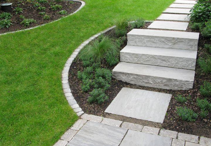 Hausgarten mit weg treppe mauer und terrasse aus for Gartengestaltung naturstein