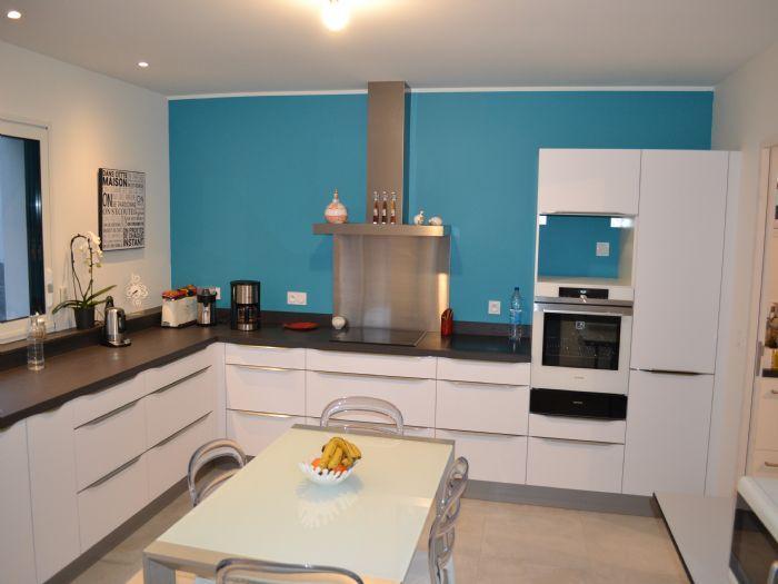 cuisine en laqu mat blanc poign es fil plan de travail avec vier fleur encastr dans le. Black Bedroom Furniture Sets. Home Design Ideas