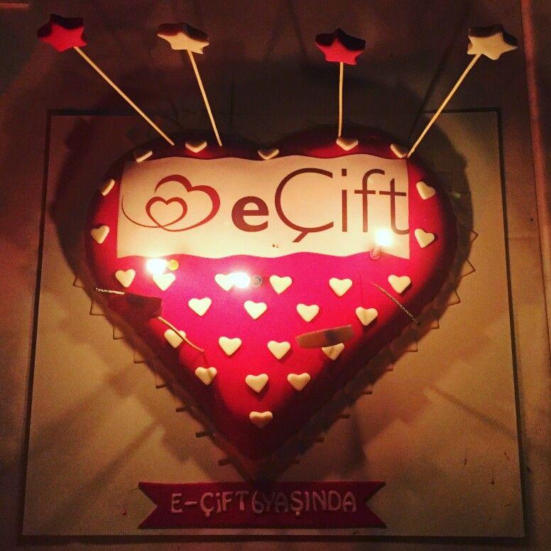 Sizlerle birlikte büyüyor ve yaş alıyoruz. eÇift bu yıl 6.  Yaşını kutladı. Sizleri hayatınızın aşkı ile buluşturmaya devam etmek için aşkla çalışmaya devam edeceğiz. #aşk #ecift #altıncıyılımızkutluolsun #ecift6yasinda #love #lovecake #kalp #sevgi