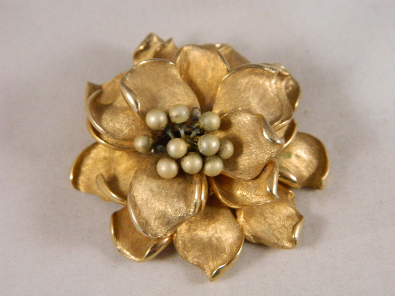 66b215d16 Large Gold Flower Brooch / Vintage 1960s Marvella Floral Brooch / Detailed,  Dimensional Flower Pin by VintageBaublesnBits on Etsy