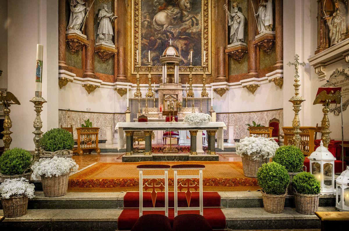Simple wedding stage decoration at home  Sencilla decoración de la Iglesia con cestos paniculata y velas