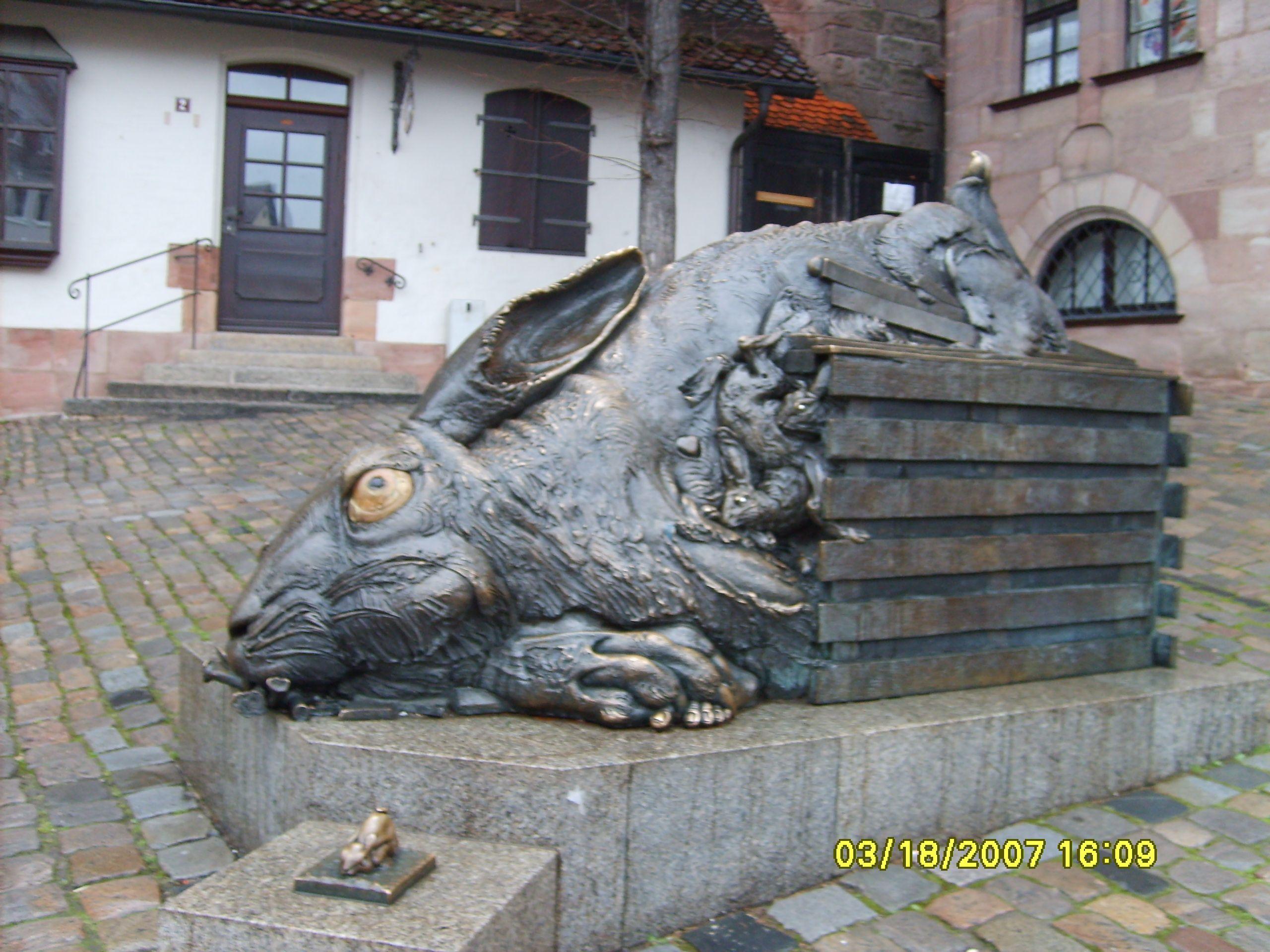 Kulonleges forgo szobrok 793 - Weird Rabbit Statue