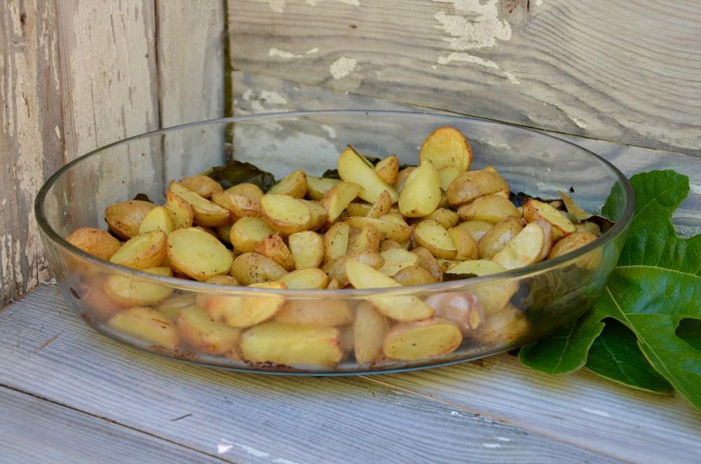 Une Facon Originale De Preparer Les Pommes De Terre Les Feuilles De Figuiers Donnent Un Gout Vraiment Delicieux A Pomme De Terre Au Four Pomme De Terre Figuier