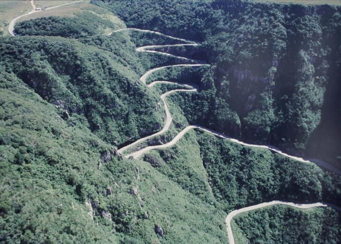 01. Highway 1, Big Sur – Califórnia, Estados Unidos Fotografia:Daniel Peckham 02. Serra do Rastro, Santa Catarina – Brasil 03. Furka Pass – Suiça Fotografia: Cooper.ch 04. The Atlantic Road…