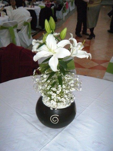 Centro de mesa lili blanca buscar con google boda for Arreglos florales para boda en jardin
