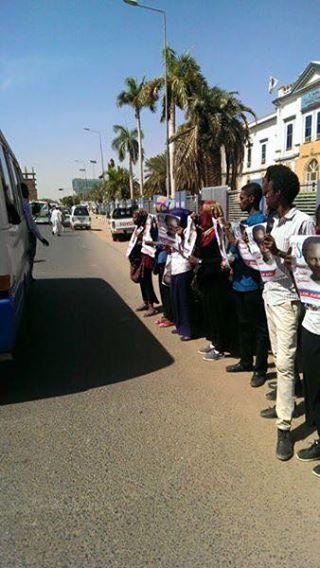 الوقفة الإحتجاجية أمام السلطة القضائية بالخرطوم لإطلاق سراح عاصم عمر ، طالب جامعة الخرطوم والمعتقل منذ مايو العام الماضي