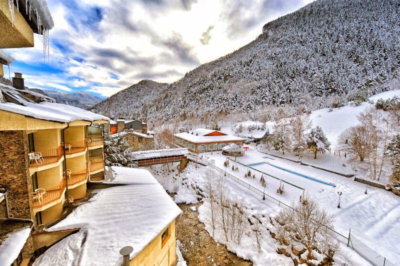 La proximidad a las pistas de esqui a tan solo 800 m. del telecabina de Arinsal, hace de este hotel un lugar privilegiado para disfrutar del esqui en invierno y de todo tipo de deportes de aventura en verano.