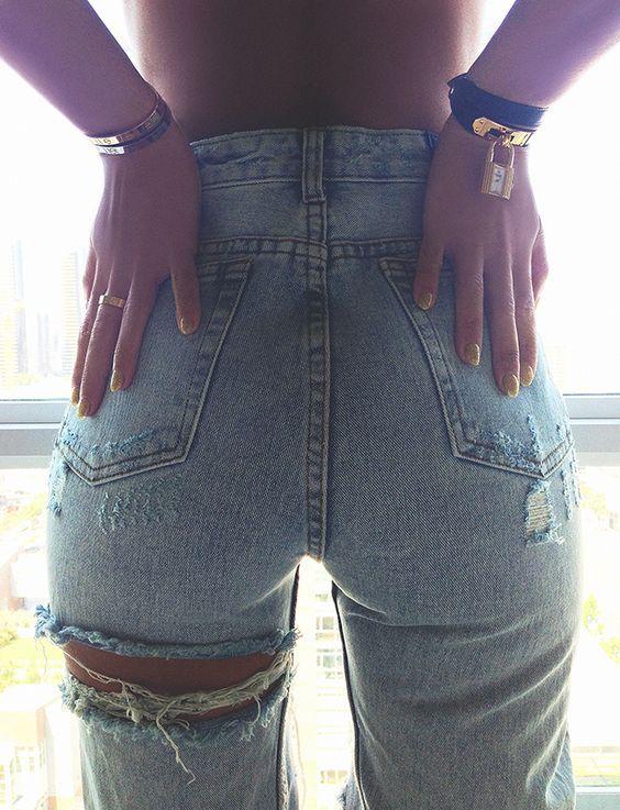 1213fa24c2 15 Maneras diferentes de cortar sexymente tus jeans en 2019