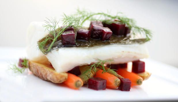 Den rene, friske smaken av skrei kommer til sin rett med smørsaus og rødbeter som følge. Husk å salte skreifileten kvelden før. #fisk #oppskrift