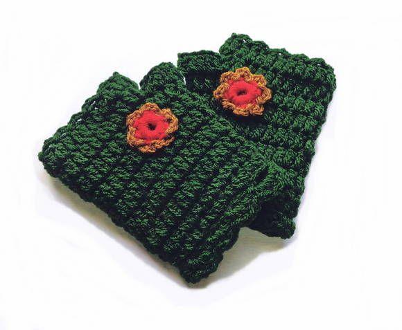 Luvas sem dedos com encaixe para o polegar, tecida em crochê com fio de qualidade, adornada com pequena flor.