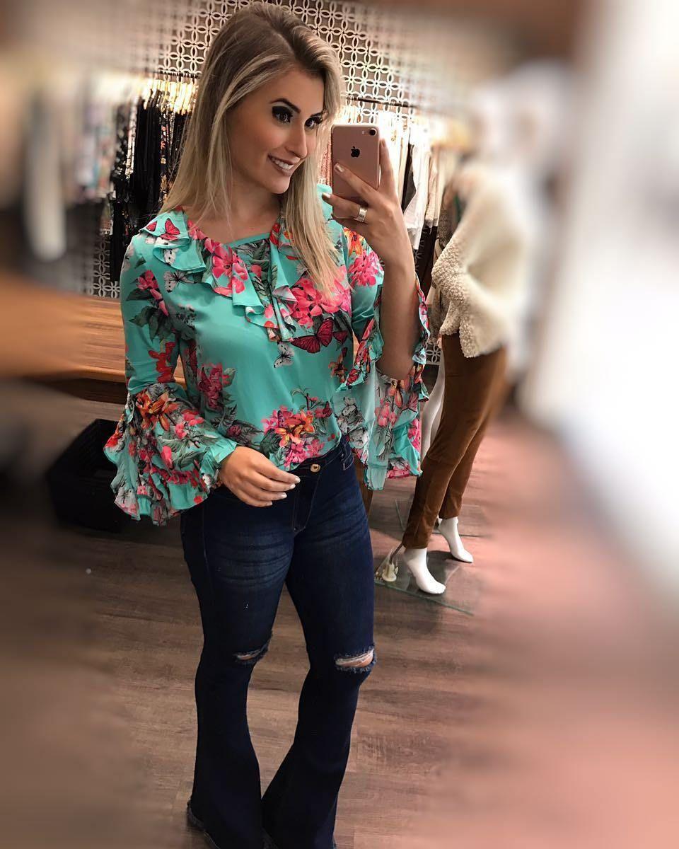 1660cba74 Look belíssimo.❤ Calça Flare + Blusa estampada