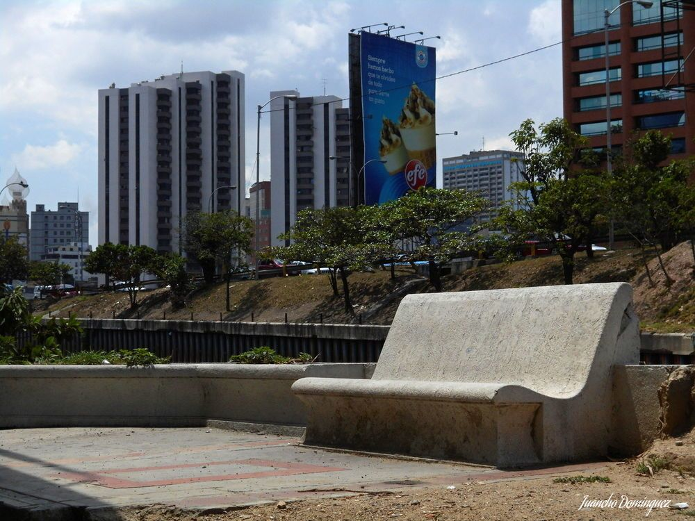 Banco de concreto  en el puente de Las Mercedes.
