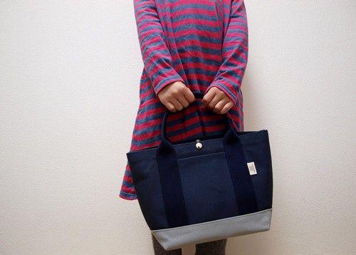 小さな鞄を大人160㎝と子供120㎝で持ってみました!小さくてかわいい鞄です。素材:8号帆布 持ち手(アクリルベルト)裏地なし 底の部分も胴の部分もすべて8号...|ハンドメイド、手作り、手仕事品の通販・販売・購入ならCreema。