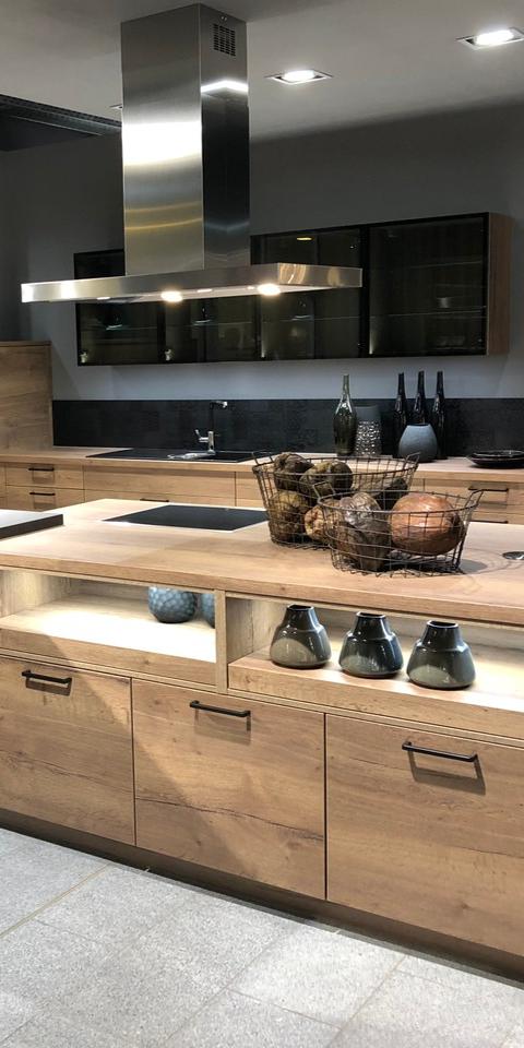 Küchen in Holzoptik lassen sich sehr gut mit Schwarz oder ...