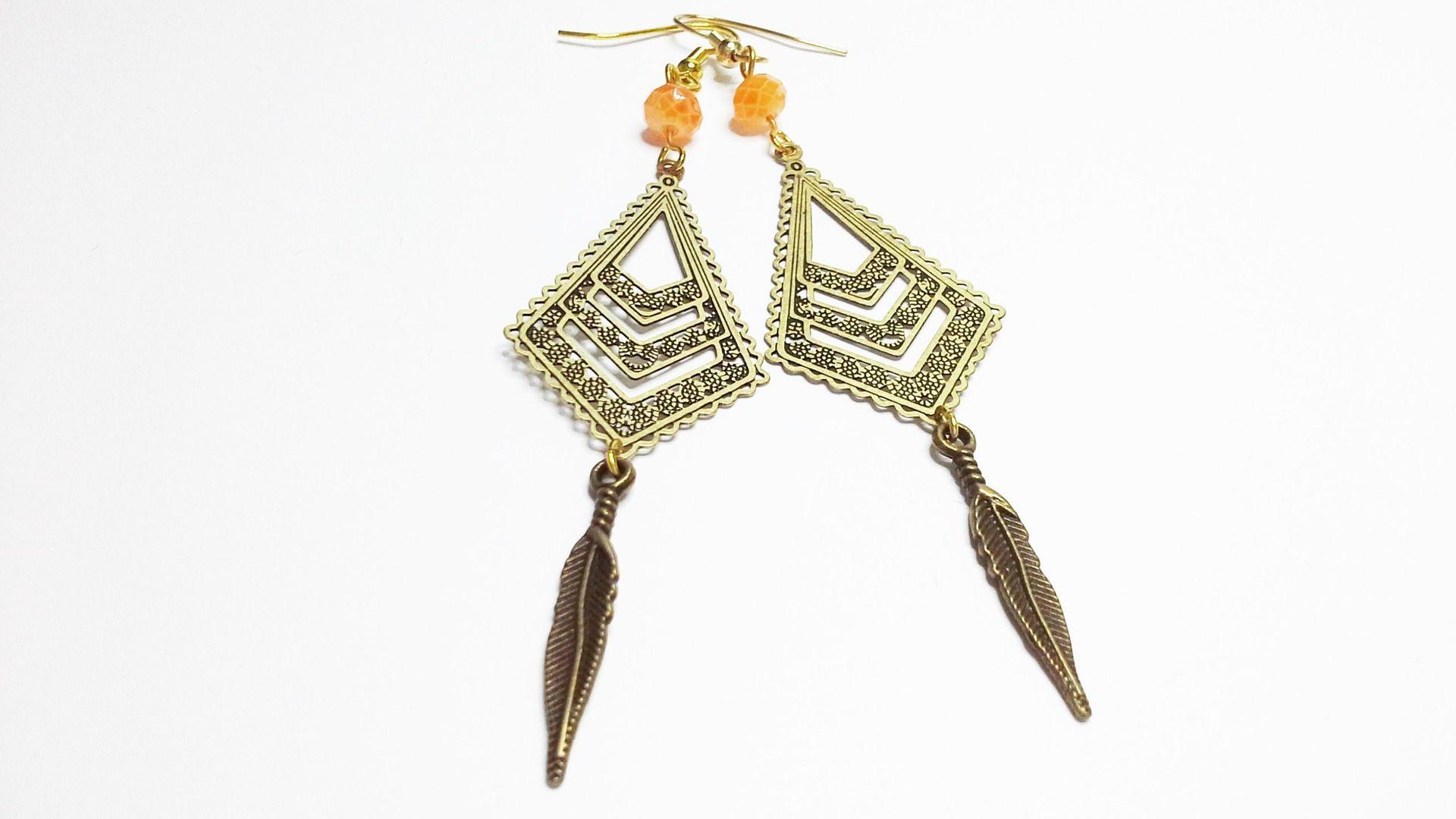 boucles d'oreilles pendante doré vielli, estampes filigranes losange, perles swarovski orangé nuancé par lilou-popette : Boucles d'oreille par lilou-popette