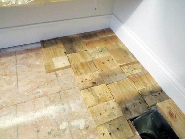 C mo instalar un suelo de madera con palets reciclados en - Como poner un suelo de madera ...