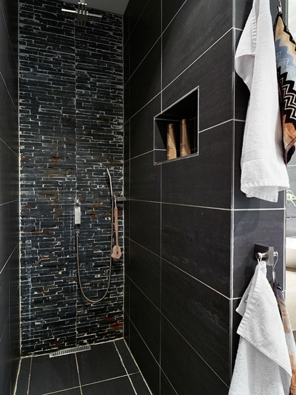 Inloopdouche zwarte muren in de badkamer geven een heel andere uitstraling dan witte tegels - Toilet ontwerp deco ...