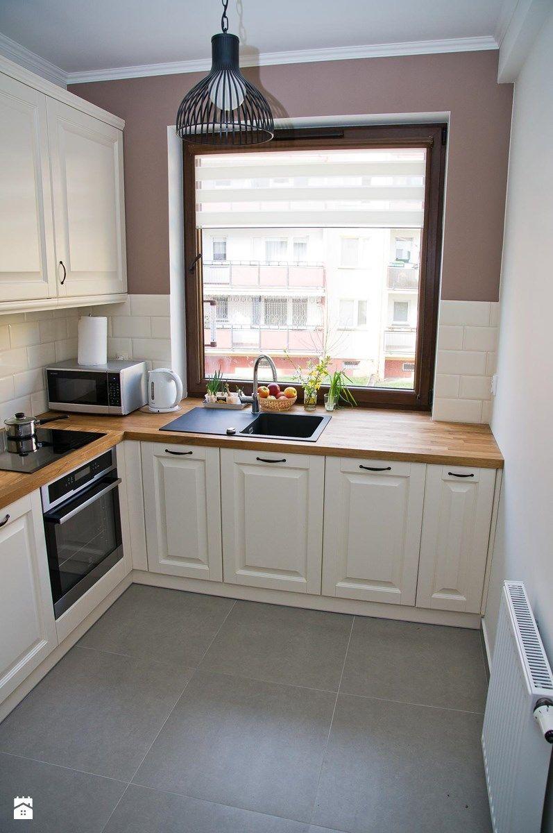 Aranzacje Wnetrz Kuchnia Srednia Zamknieta Kuchnia W Ksztalcie Litery L Styl Rustykalny Kitchen Design Color Cottage Style Kitchen Small Cottage Kitchen