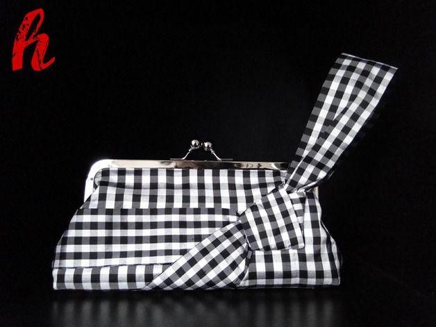 Diese besonders elegante und gleichzeitig praktische Abendtasche aus Seide ist für viele Anlässe der geeignete Begleiter.  Die Schlaufe legt sich angenehm ums Handgelenk und die Hand bleibt frei...