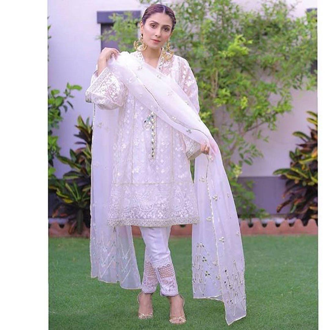 Ayezakhan In A Pristine White Crafted And Mirror Embellished Farahtalibaziz Ensemble Pakistani Dresses Pakistani Wedding Outfits Pakistani Fashion Party Wear