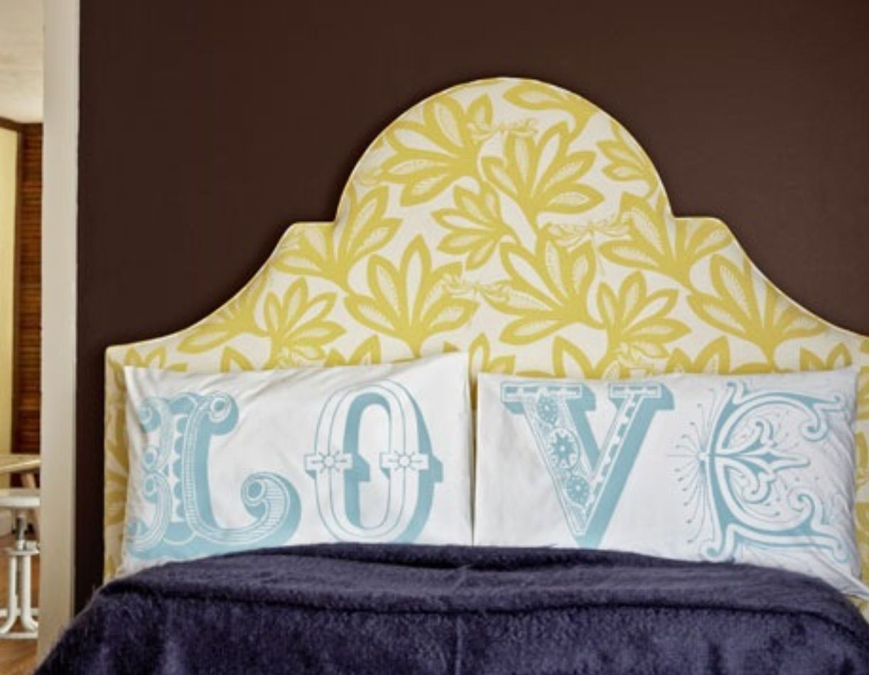 Love the blue and white pillow on the yellow headboard ...