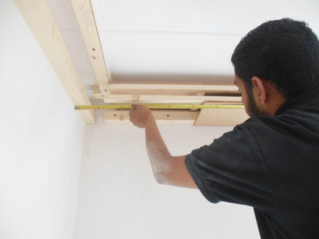 Koof gebouwd rondom de woonkamer en geverfd in hoogglans wit met ...