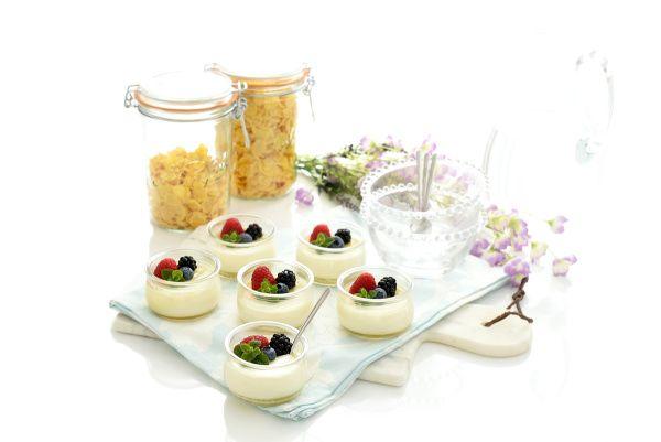 Los yogures son sencillos de hacer en casa y además unas modificaciones pueden cambiar su textura. Esta receta incorpora nata para un resultado más cremoso.