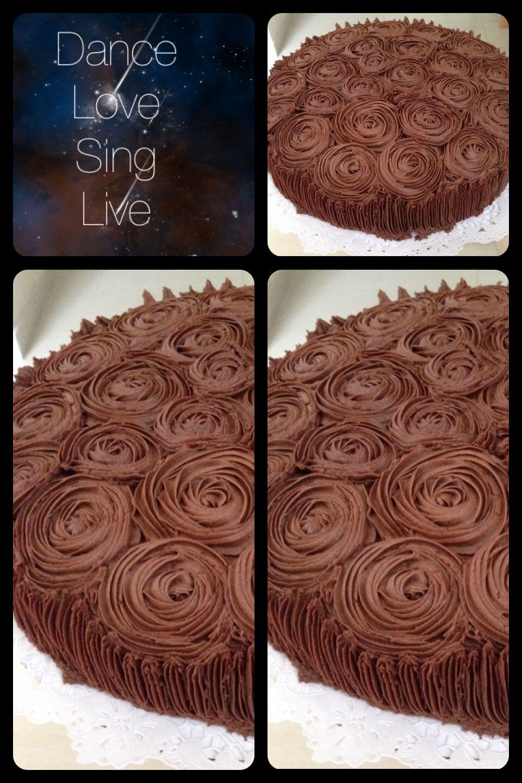 Rica torta de chocolate decorada con betún de chocolate ...
