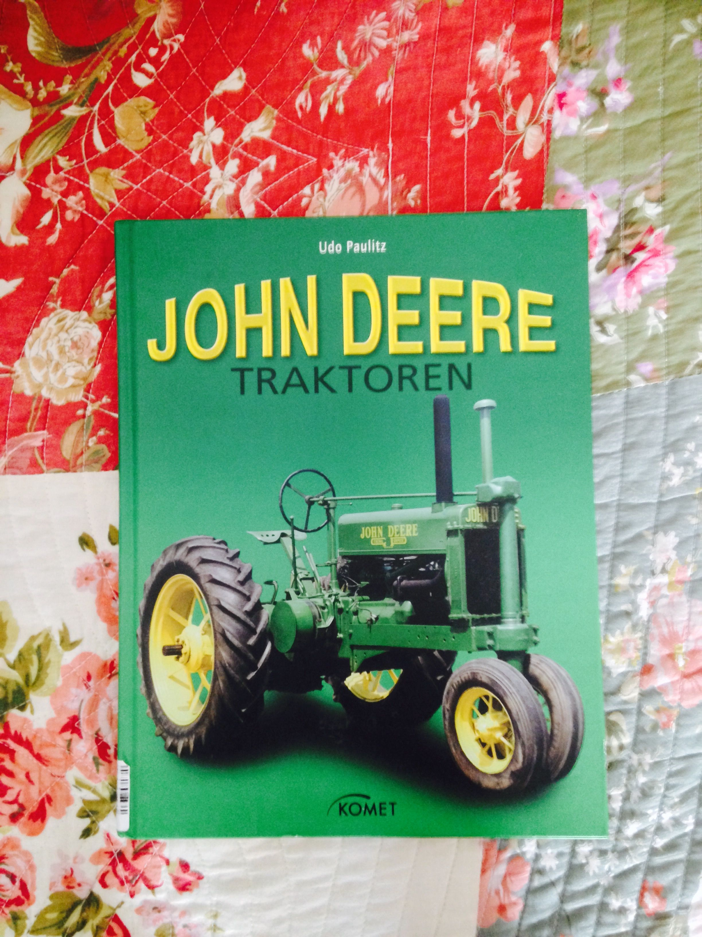 Traktoren John Deere. In meinem Bücherregal. #johndeere