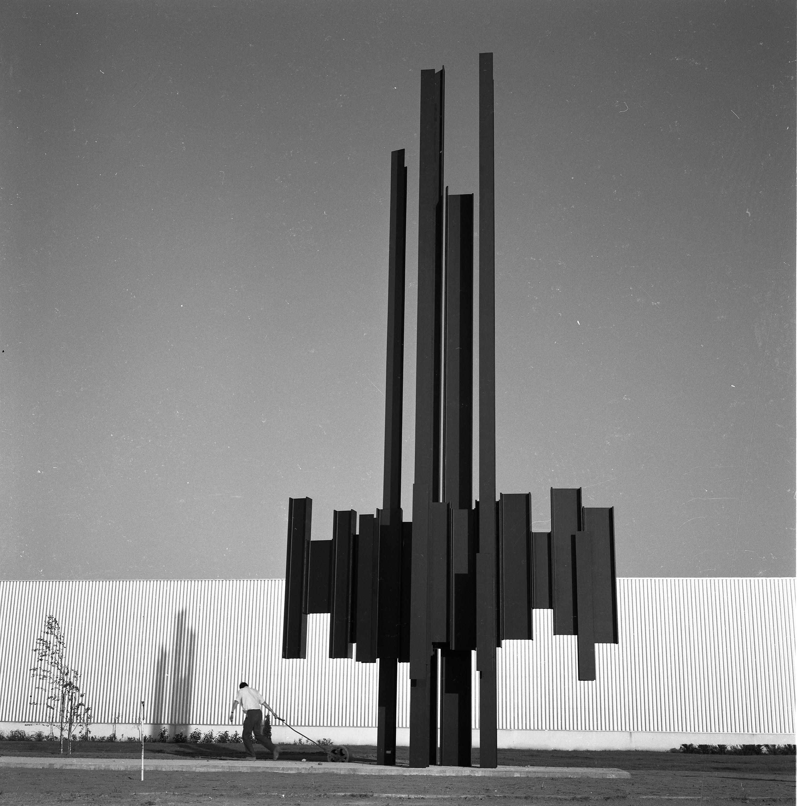 Une autre vue de la sculpture monumentale acier de Marino di Teana. Orléans Chevilly 17 mètres 1967