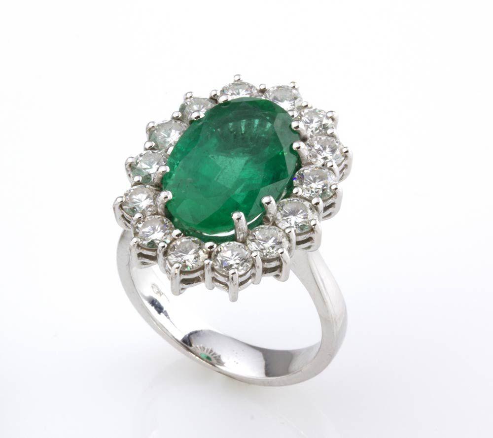 Anello Con Smeraldo E Diamanti Realizzato In Oro Bianco Incastonato Con Smeraldo Ovale Incorniciato Da Brillan Anelli Di Smeraldo Anello Di Smeraldi Gioielli