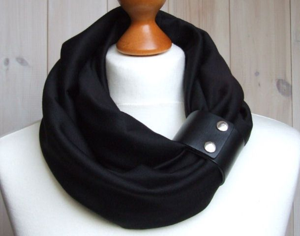 * Chunky circle scarf made of soft jersey * Sewn with double layer, it has no raw edges * Embellished with leather cuff * Clasp can be worn sepa...