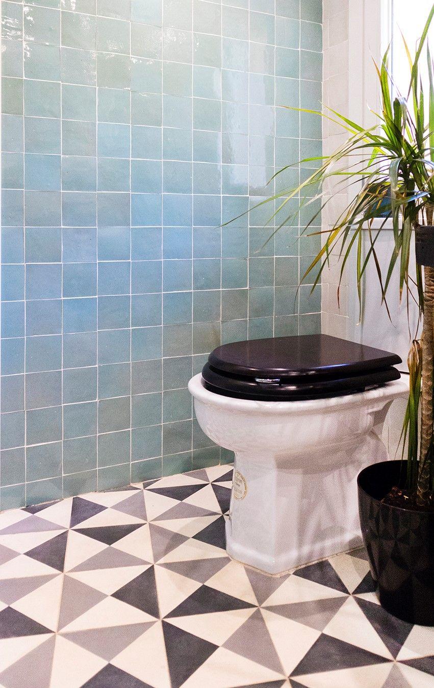 Aseo De Invitados Con Azulejo Esmaltado Zellige Azul Tornasolado Y Suelo Hidraulico Geometrico En Blanco Y Gris Mosaicdelsur Ideasparabano Azulejos Marroquies
