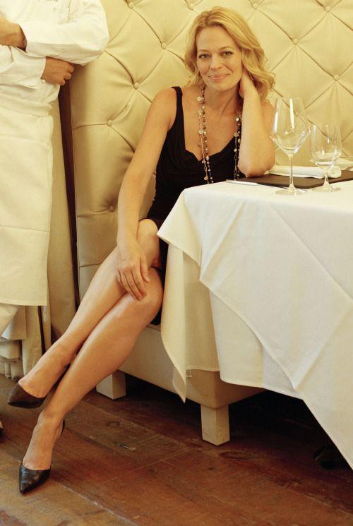 Jeri Ryan elegant und langbeinig in einem kleinen schwarzen Kleid und Stilettos