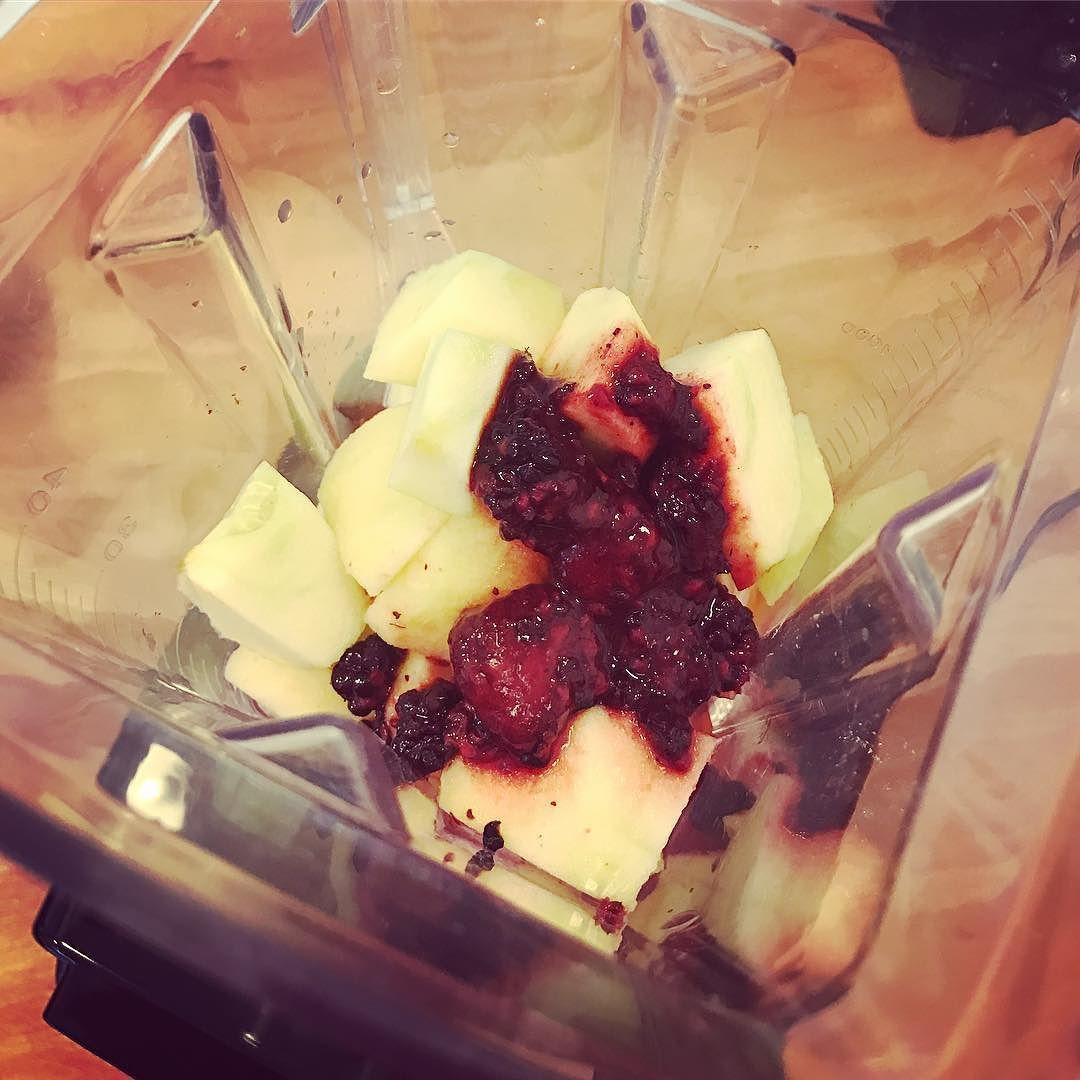 Sonntags-Smoothie mit Mango Banane gefrorenen Beeren und Apfel. Lecker und gesund. #healthy #sunday #smoothie #vegan #raw #rawvegan #yummy #omg #smoothiebowl #smoothielover #smoothie #smoothietime #love #apple #banana #beeries #mango #instagood #instadrink #gesund #lecker #sundayvibes