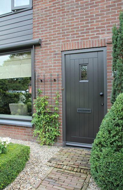 Grijze buitenverf kozijnen deur wonen in 2019 for Huis in tuin voor ouders