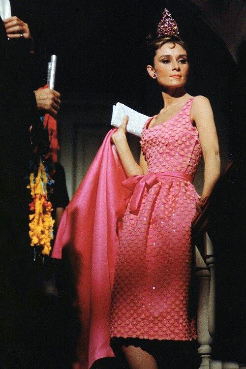 Audrey Hepburn con vestido rosa