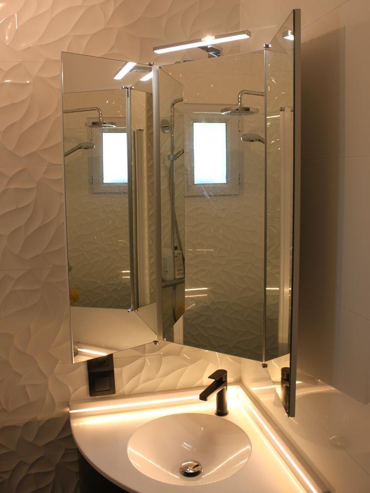 Armoire De Salle De Bains Installee En Angle Idee Salle De Bain Armoire Salle De Bain Salle De Bain