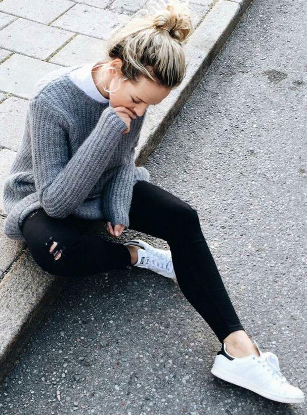 17ae7049912e6 Pour un look sporty porter le jean noir avec un pull oversize et des Stan  Smith ou baskets blanches