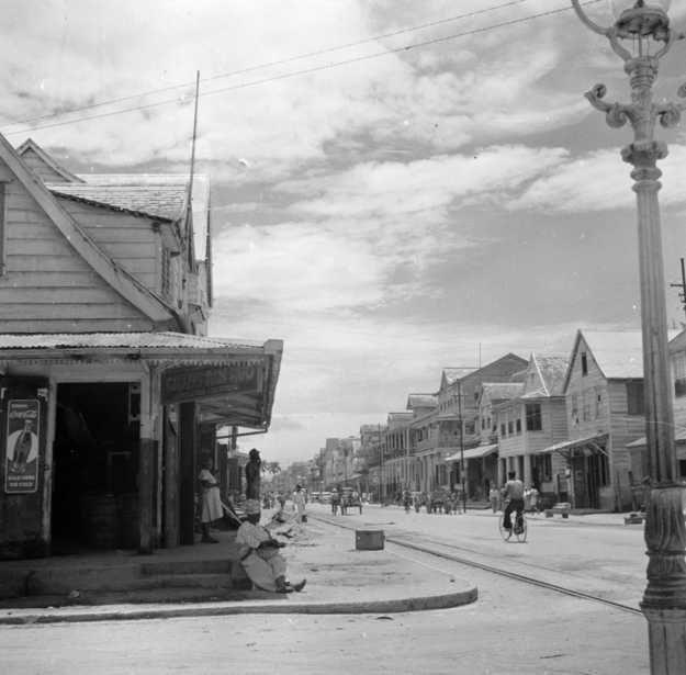 Hoek Saramaccastraat 1947, Paramaribo Suriname. site Flevolands geheugen - klik foto voor familieverhalen.