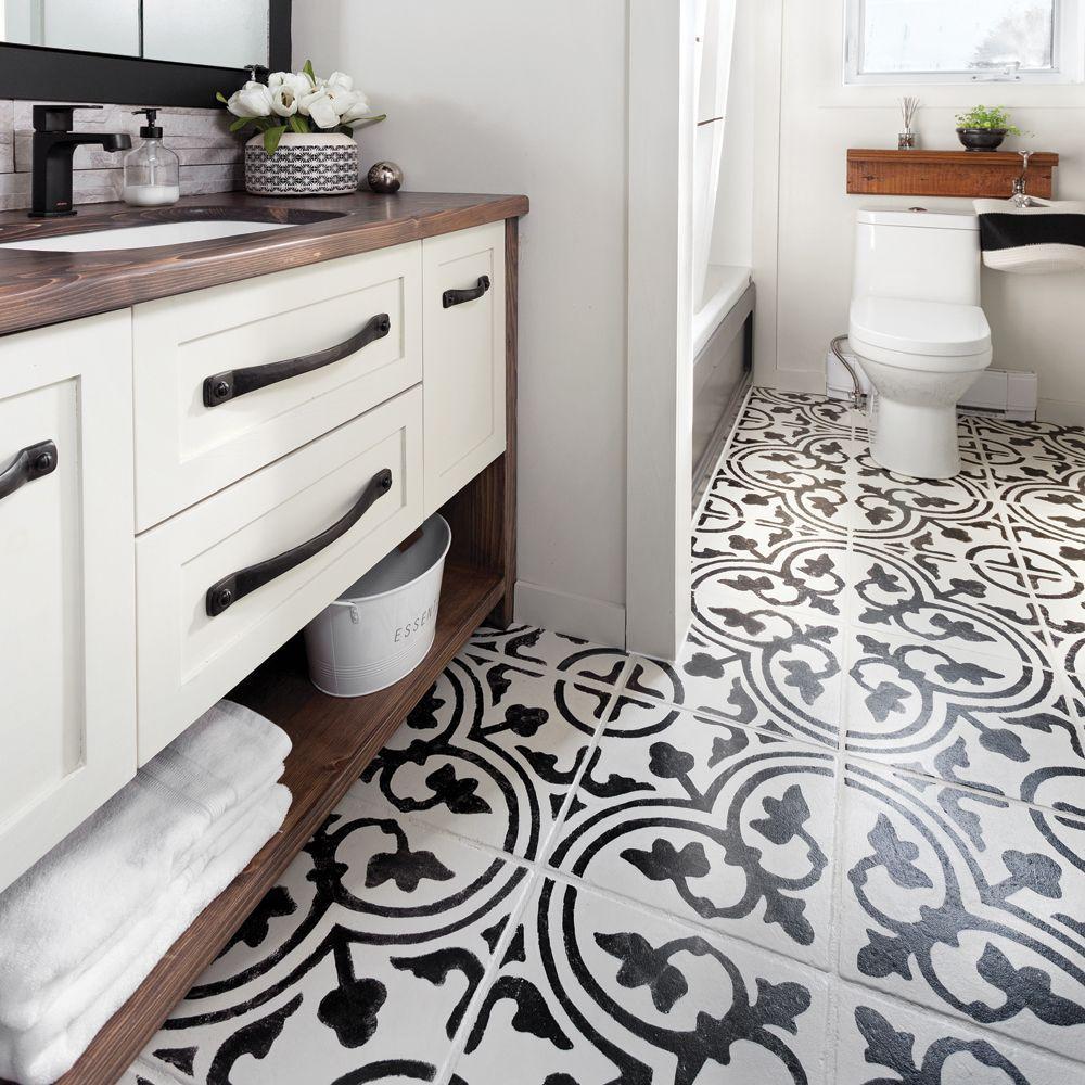 En Relookant La Ceramique Existante Avec Un Pochoir Fait Maison Et De La Peinture Il Est Pos In 2020 Bathroom Remodel Designs Bathroom Design Layout Bathrooms Remodel