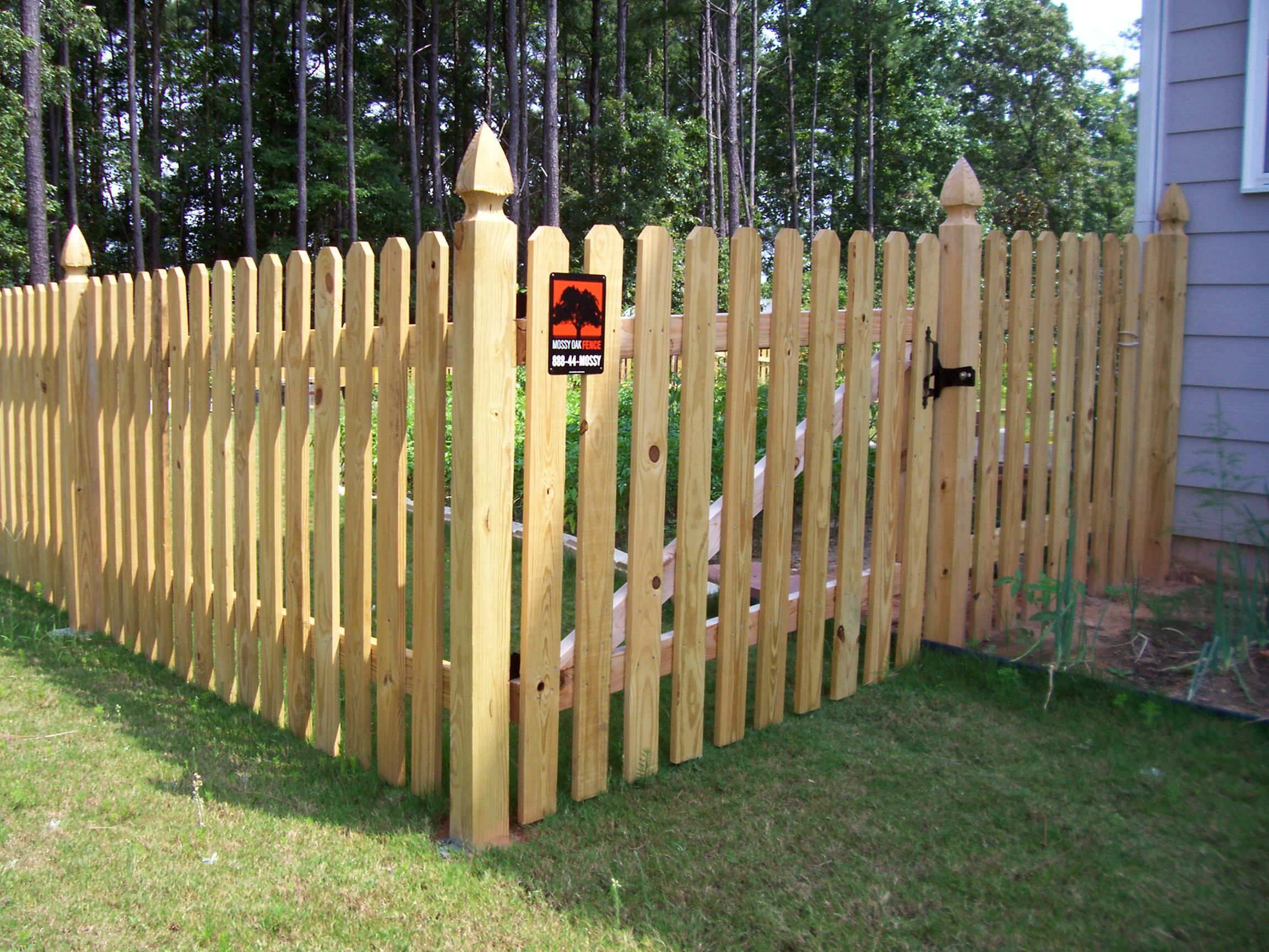 Wood Picket Fence With Gothic Posts Mossy Oak Fence Company Orlando Melbourne Fl Fence Design Wood Fence Design Picket Fence Panels