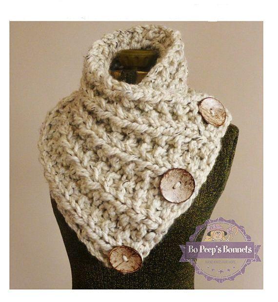 ac19d6a2a38 Cette main bouton grosse écharpe en tricot est faite de laine douce et  épaisse avoine (tan avec des taches ou marron et noir). Le fil est doublé  pour plus ...